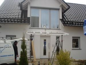 Das Grundgerüst für das Vordach wird montiert