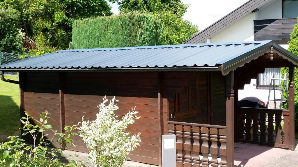 Metalldach über Gartenhaus